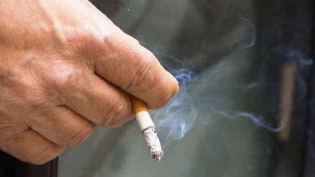Mayor fuma.