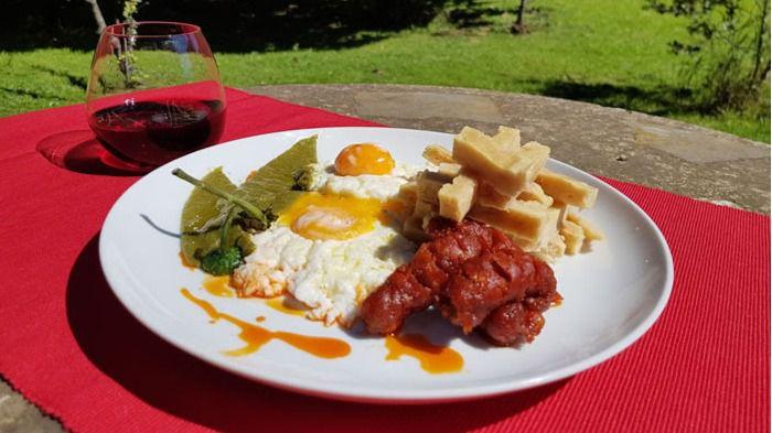 Huevos fritos con patas y chorizo en una residencia.