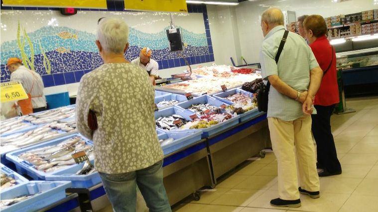 Personas mayores en la compra.
