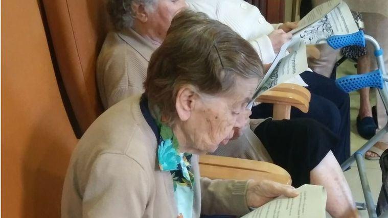Utilizar los servicios sociales para personas mayores no es abandono de la responsabilidad moral de los hijos