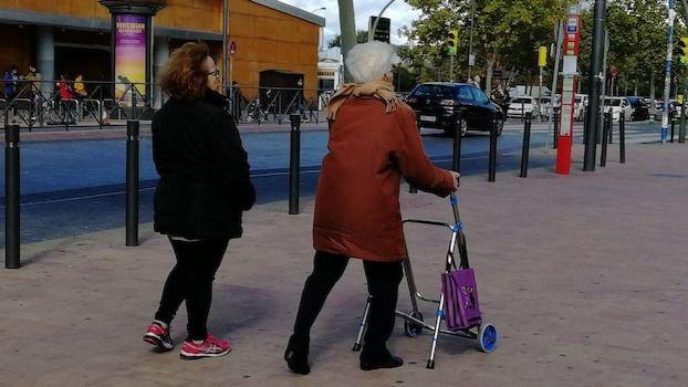 Mujeres mayores de 50 años, perfil de la cuidadora atendida por Cruz Roja
