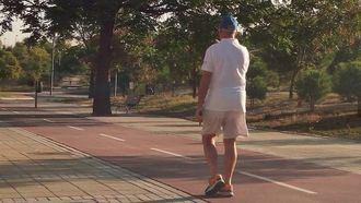 Persona mayor haciendo deporte.