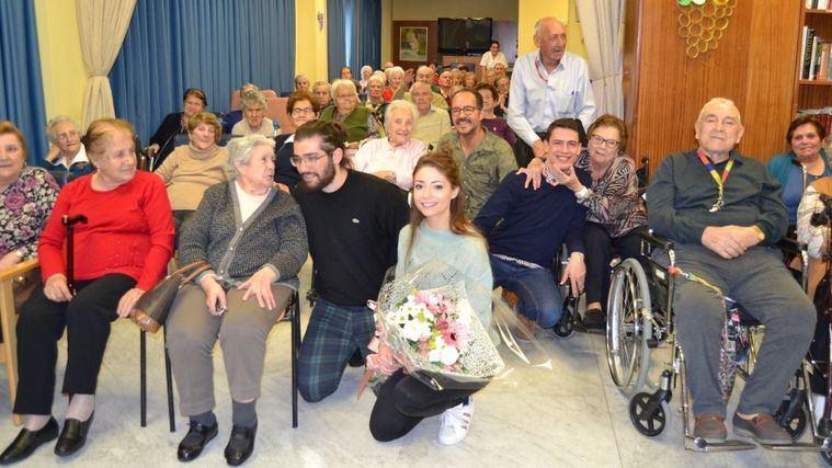 Los actores de El Médico visitan Amavir Collado Villalba.