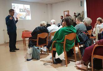 El director de Inforesidencias.com explica a un grupo de islandeses el funcionamiento del Residencial Palau.