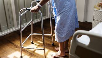 Una persona mayor con andador en una residencia.