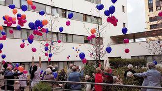 Suelta de globos en una residencia Amavir contra la violecia a la mujer.