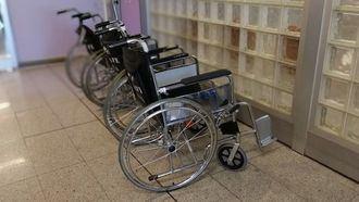 Sillas de rueda para dependientes en una residencia.