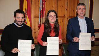 Mónica Oltra firma un convenio para acreditación de cuidadores.