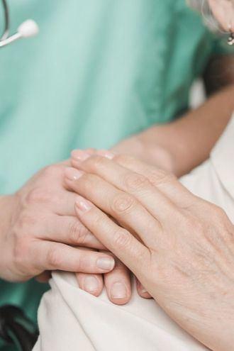 Una enfermera acompaña a una persona mayor.
