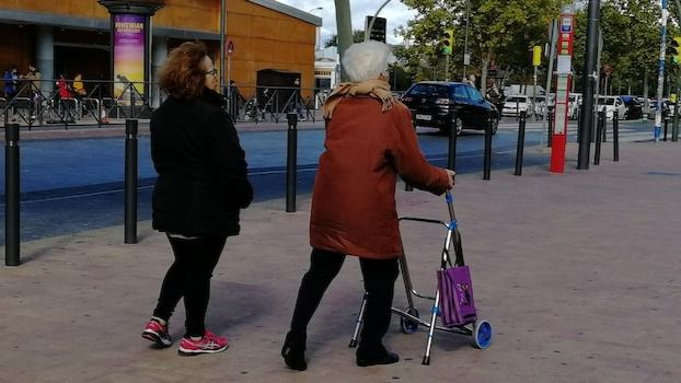 Mujer, mayor de 52 años y con dedicación exclusiva, perfil del cuidador no profesional al dependiente