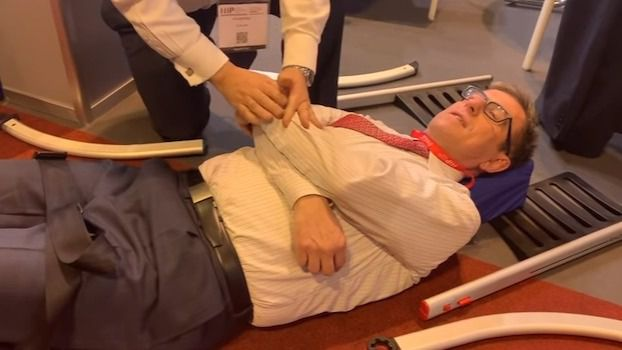Canal Inforesidencias Perfecto para una caída, una silla desmontable te levanta del suelo
