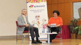 El psiquiatra Luis Rojas Marcos y la decana de la Facultad de Trabajo Social de la UCM, Aurora Castillo.