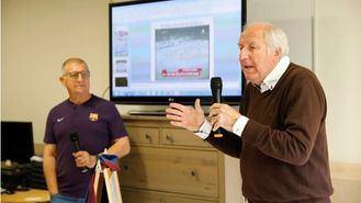 Un taller de reminiscencia sobre el fútbol con Carles Rexac en una residencia DomusVi