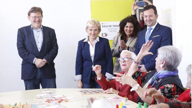 Visita del presidente de la Generalitat Valenciana, Ximo Puig, al centro de mayores Casaverde en Pilar de la Horadada.