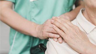 Una cuidadora con una persona mayor.
