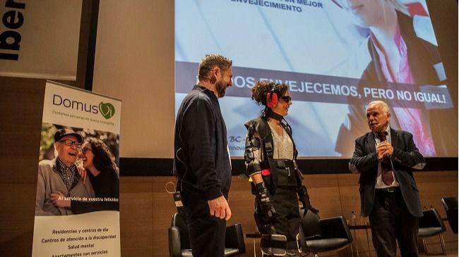 Stephan Biel muestra qué se experimenta vistiendo el traje modular de simulación de edad.