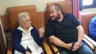 Persona mayor y Juan Vela.