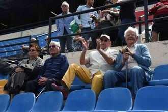 Los mayores de DomusVi en Alicante recuerdan sus tiempos futboleros en su visita al estadio José Rico Pérez