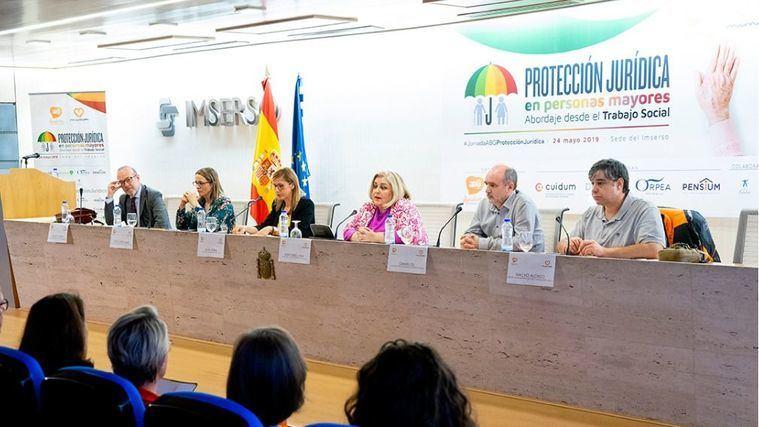 La secretaria de Estado de Servicios Sociales, Ana Isabel Lima; el vicedecano del Colegio Oficial de Trabajo Social de Madrid, Daniel Gil, y la coordinadora de ABG, Silvia Sierra, entre otros.