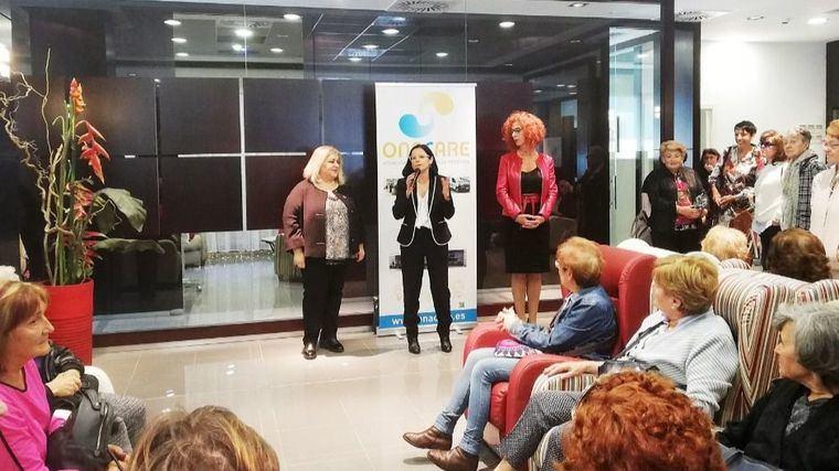 La alcaldesa de Velilla, Antonia Alcázar, la representante de la empresa OnaCAre, Cinta Pascual, y la secretaria de Estado de Asuntos Sociales, Ana Lima.