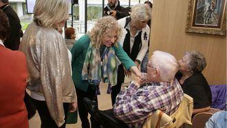 Diaz Tezanos saluda a mayores.