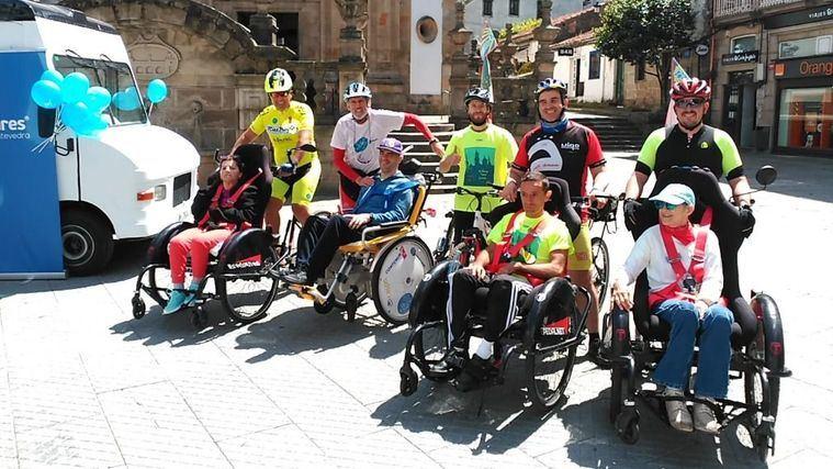 Usuarios con discapacidad física de DomusVi Bóveda participan en una nueva edición del Discamino