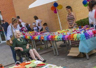 Mercadillo solidario intergeneracional en Amavir Alcalá de Henares
