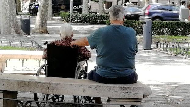 Sanitas recuerda que tres de cada diez cuidadores de enfermos de alzhéimer presentan sobrecarga intensa