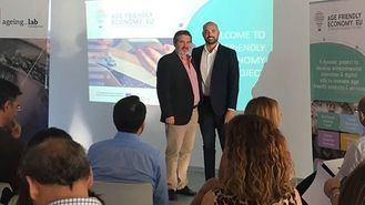 De izquierda a derecha_Alfonso Cruz, presidente de la fundación Ageing Lab, y Daniel Salvatierra, director general de Personas Mayores y Pensiones No Contributivas de la Junta de Andalucía.