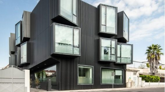 Arquitectura y residencias: Una fachada disruptiva en una residencia en Portugal