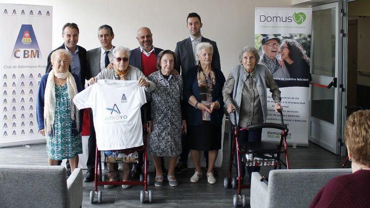 La Fundación DomusVi y el Club de balonmano BM Arroyo renuevan su colaboración en pro del envejecimiento activo.