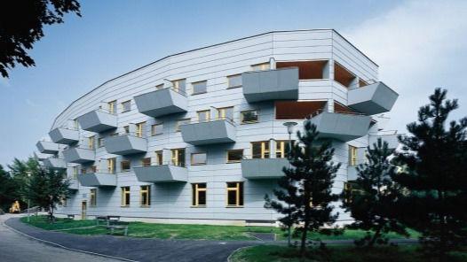 Arquitectura y Residencias: Ampliación de una residencia con un edificio ovalado y cordón umbilical de unión