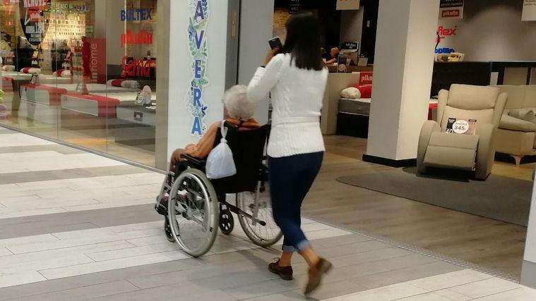 Los cuidadores no profesionales gallegos, asturianos y madrileños, los que más cuidan de sus mayores