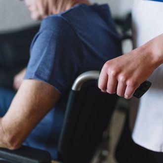 Dependiente en silla de ruedas.