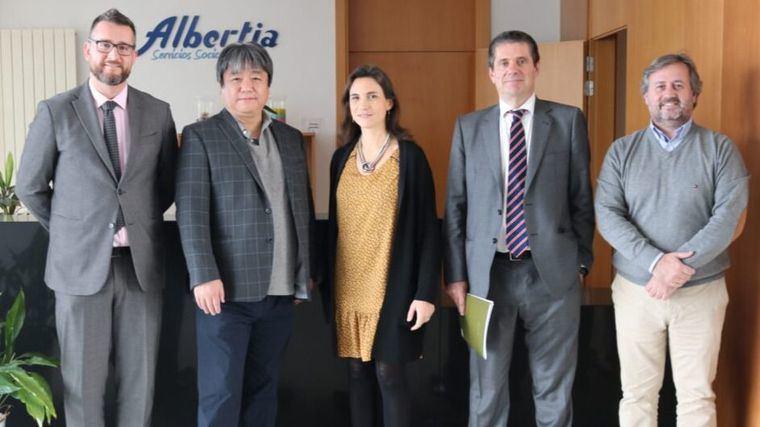 El doctor Shibata, creador de la foca robot Nuka, visita el centro Albertia Moratalaz