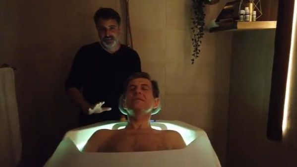 Josep de Martí prueba la Cabina Isensi de ducha.