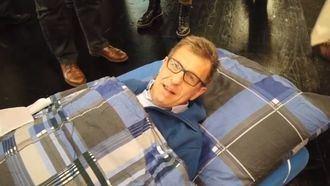 Una sábana y colchón para evacuar a encamados ante una emergencia.