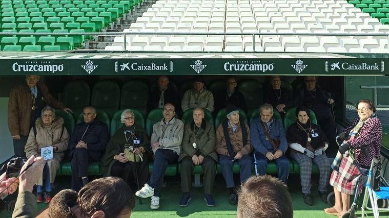 DomusVi Alcalá de Guadaíra visitan el estadio del Betis en los talleres de reminiscencia