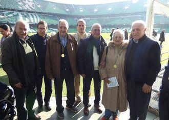 Los mayores de DomusVi Alcalá de Guadaíra visitan el estadio del Betis como broche final a los talleres de reminiscencia basados en el fútbol