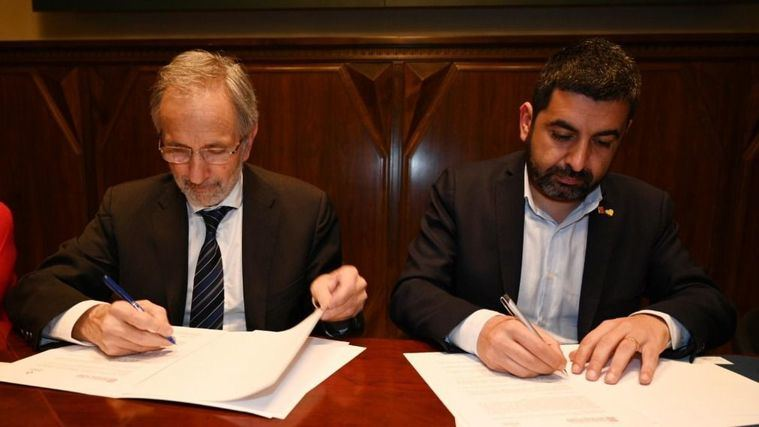 El consejero de Trabajo, Asuntos Sociales y Familias, Chakir el Homrani, y el alcalde de la ciudad, Josep Mayoral, han firmado el acuerdo para la futura residencia.