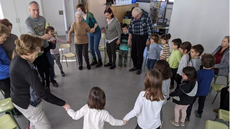 La música une generaciones en La residencia L'Onada Caserres