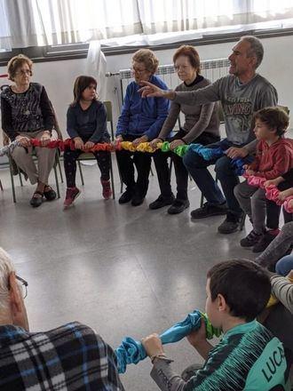 Taller intergeneracional de musicoterapia en un centro de L´Onada Serveis.