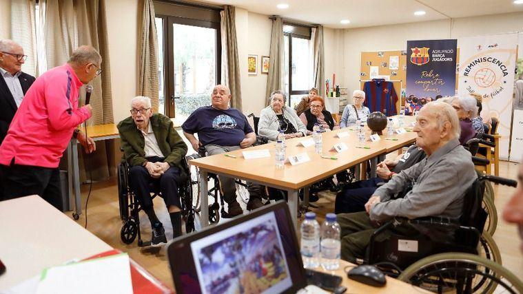 Exfutbolistas del Barça, Valladolid y Málaga rememoran sus vivencias contra el alzhéimer en centros DomusVi