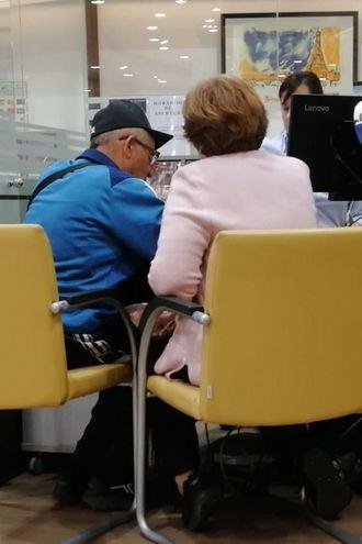 Personas mayores contratando servicios.