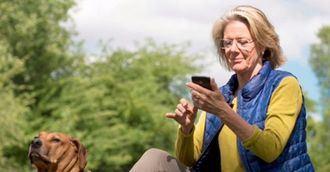 Personas mayores y smartphone.