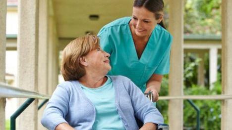 Enfermera en una residencia de mayores.