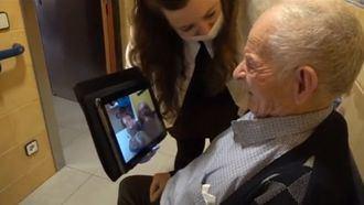 Videoconferencia entre una persona mayor de la residencia Joviar en Lleida y su familia.