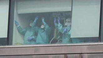 Sanitarios con los EPIs en un hospital.