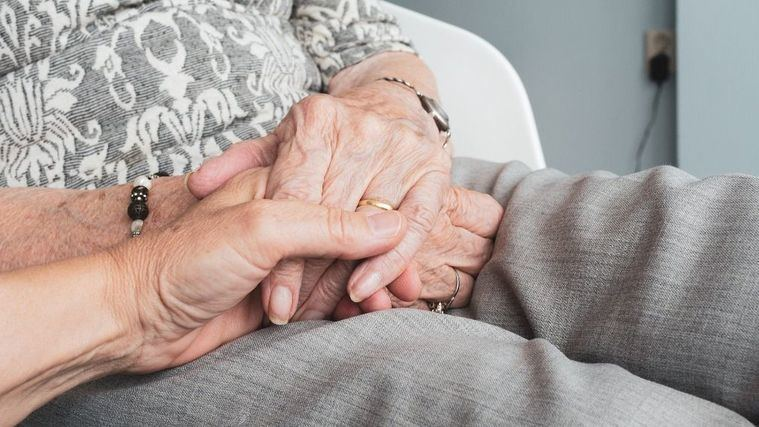 Una persona mayor en una residencia.