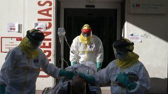 Sanitarios trasladando a un enfermo a un hospital.